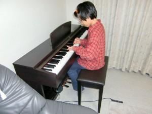電子ピアノを弾く娘